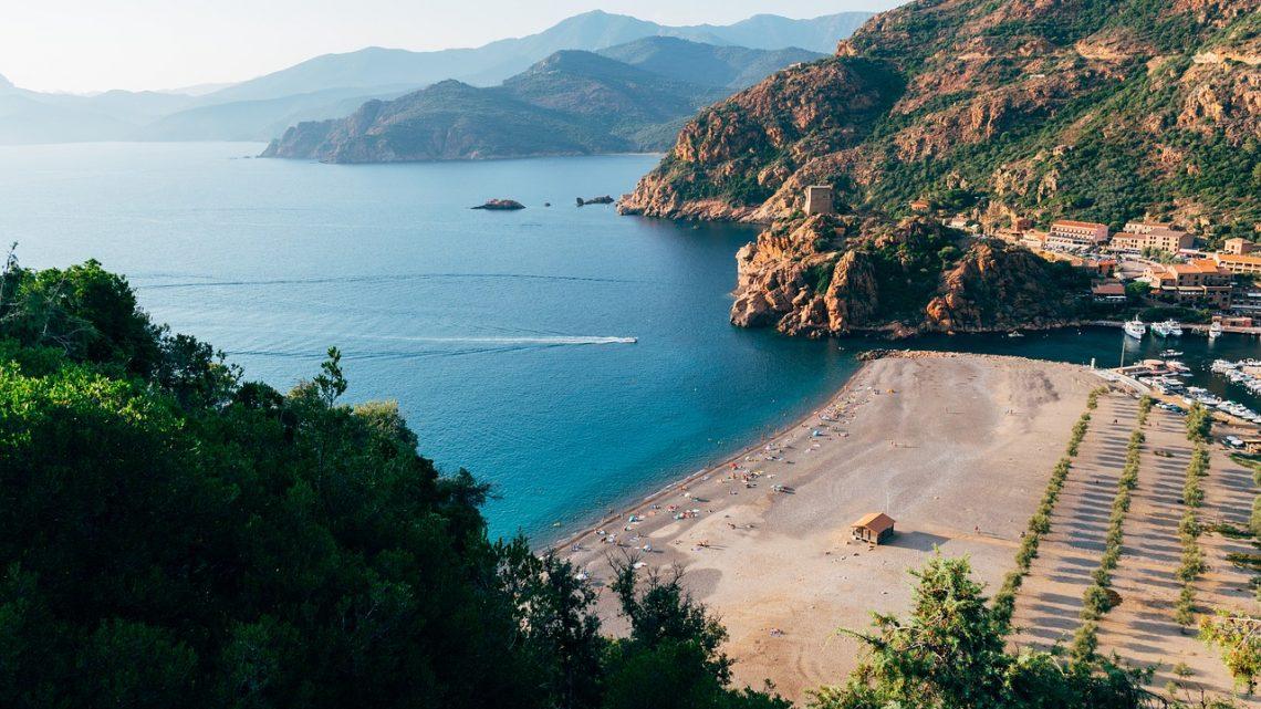 Un survol bien accordé sur l'île de la Corse