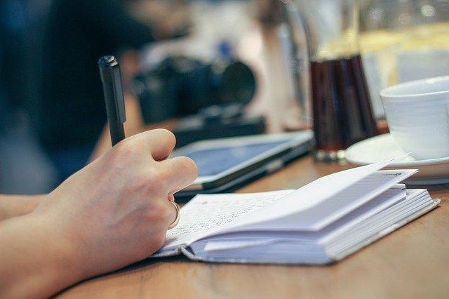 Quels sont les avantages qu'apportent les voyages à un écrivain ?